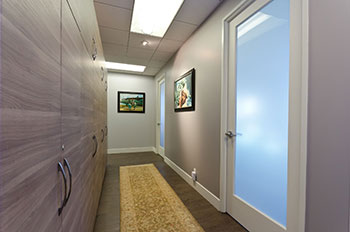 Hallway-at-1180-S-Beverly-Drive-Los-Anegles-CA.jpg