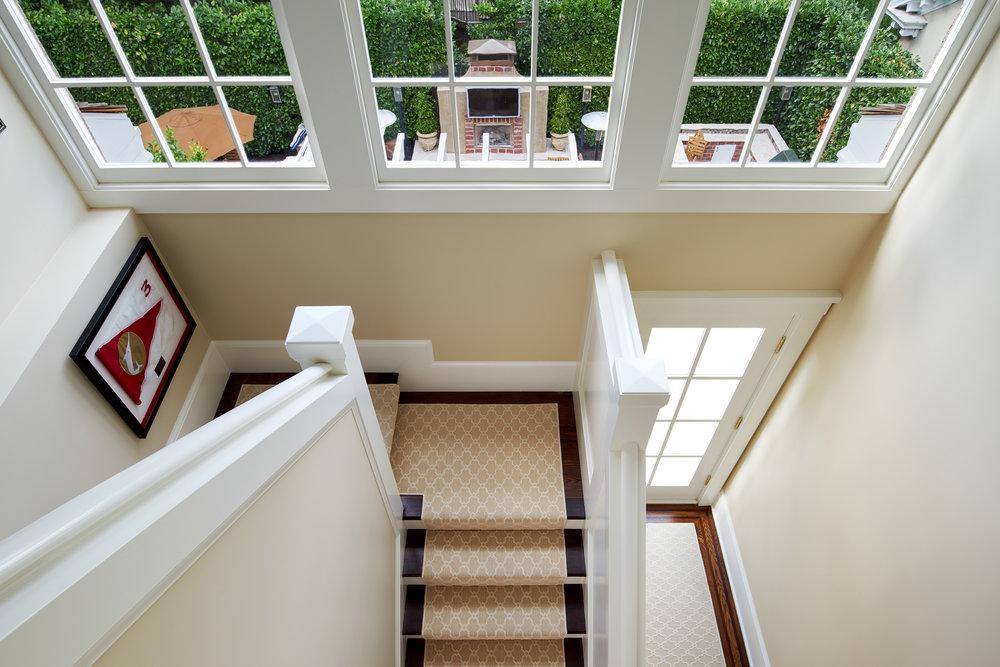 17_Hall_Stairway02.jpg