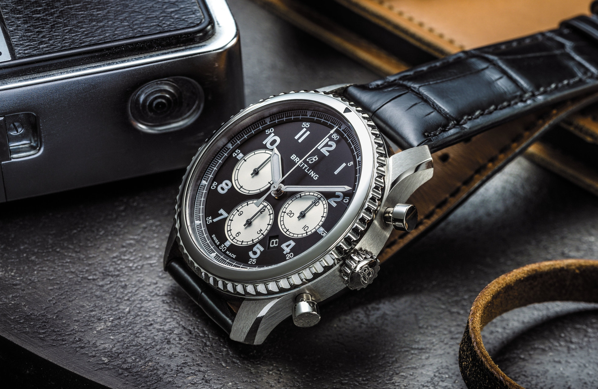 Navitimer 8 B01 Chronograph with black dial and black alligator strap_02.jpg