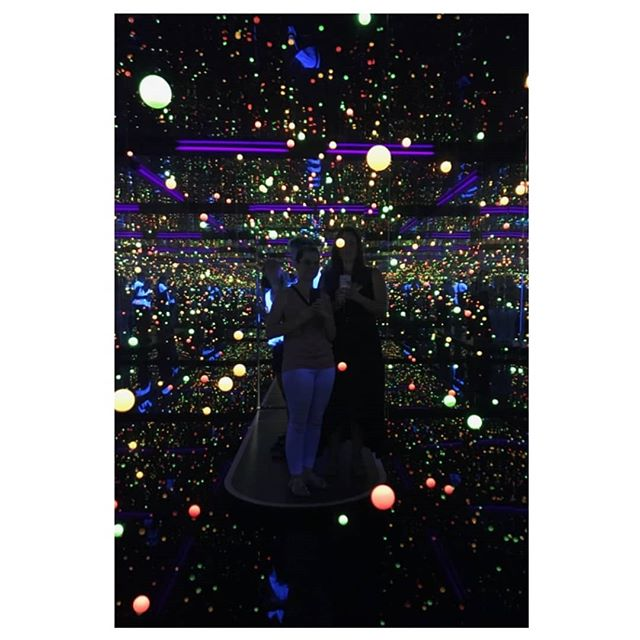 Reminiscing about that time I was floating in an infinite void of *SHINY* with @artsywhitten , take me back 🖤 ⠀⠀⠀⠀⠀⠀⠀⠀⠀⠀⠀⠀ ⠀⠀⠀⠀⠀⠀⠀⠀⠀⠀⠀⠀ #yayoikusama #45secondslastsalifetime #istbtstillathing #peanutandwattle