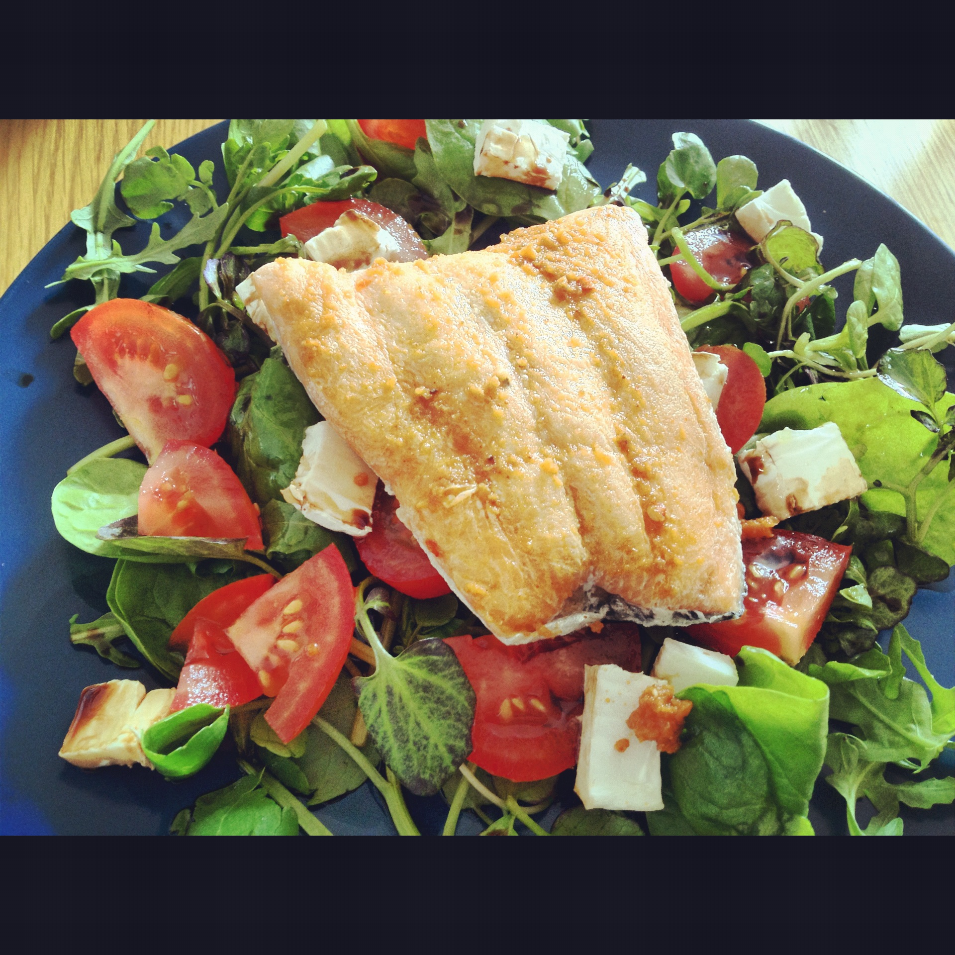 Salmon salad with rocket, tomato and goats cheese