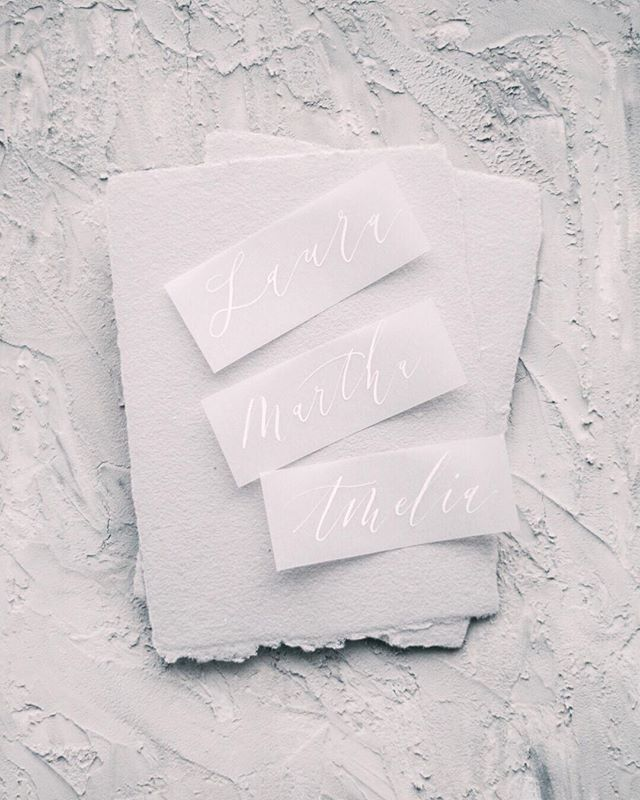 Loving white ink on vellum... and it goes pretty well with the DIY styling board I made don't you think? . . . . #thelisserei #moderncalligraphy #modernekalligrafie #kalligraphie #kalligrafie #handwritten #schrift #schreiben #handgeschrieben #fineartcalligraphy #placecards #weddingstationery #hochzeit #hochzeitpapeterie #stylingboard