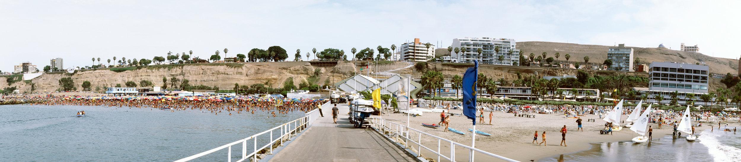 Playa pública - Playa privada, Lima, 2009.