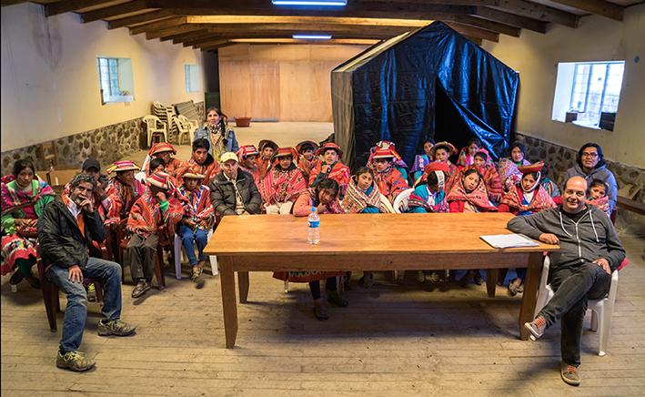 Pablo Ortiz Monasterio, Roberto Huarcaya y el grupo de alumnos del taller en Patacancha.