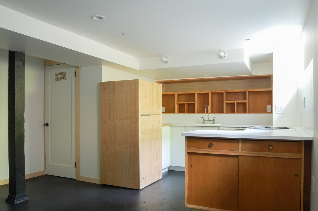 Space for the refrigerator was limited within the compact kitchen, which is open to the rest of the living area. By wrapping the refrigerator with a lovely plywood and selecting specialty appliance hardware,it becomes visually soothing and not an eyesore.