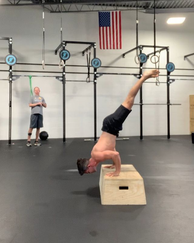 A goal I have been working towards this summer are full range of motion p-bar HSPU. I have a theory that P-bar HSPU will improve my full range of motion HSPUbut currently I am working on figuring out which exercises will improve my p-bar HSPU. __ Decided to check in on my full range HSPU (working on a new pattern) prior to my p-bar eccentrics just to see if my theory is taking me in the correct direction. I haven't done full range HSPU in 12 weeks and I don't ever recall them feeling this good. Could have just been an on day 🤷♂️ __ Almost figured out the new body position on the concentric. I don't think its technique, I just need more tricep strength. After these full range HSPU I followed it up with my regularly schedulded p-bar eccentrics.