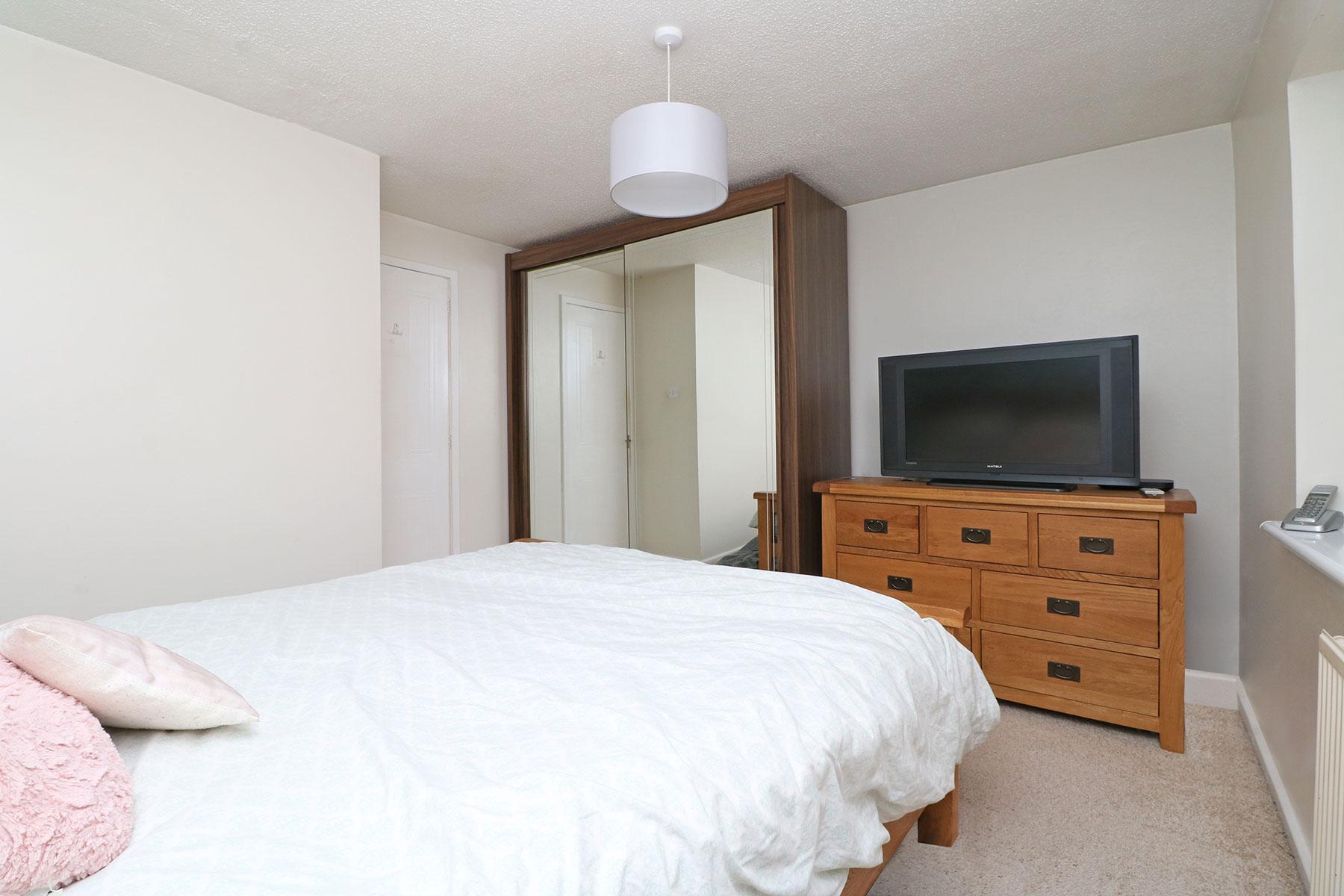 larchfield-gardens-bedroom-1.2.jpg