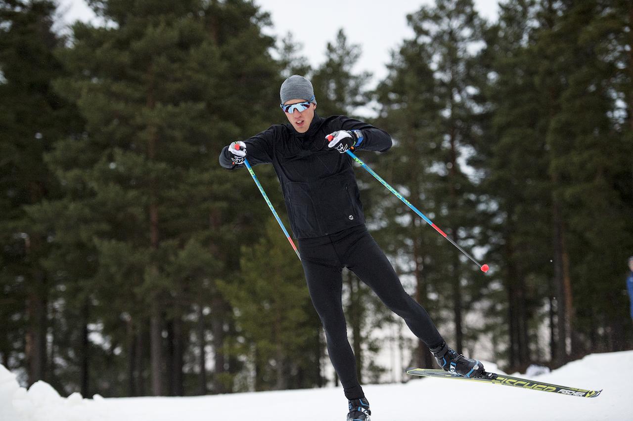 Calle under ett av hans många träningspass på Lugnet i Falun. Här har Calle valt att använda Wease Softshell Jacket och Wease Tights.