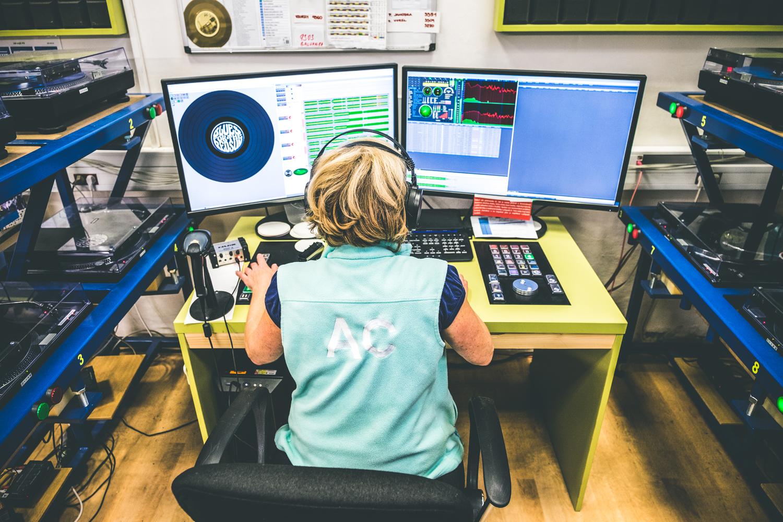 Hudební kontrola se provádí pomocí speciálního systému kontroly kvality záznamu.