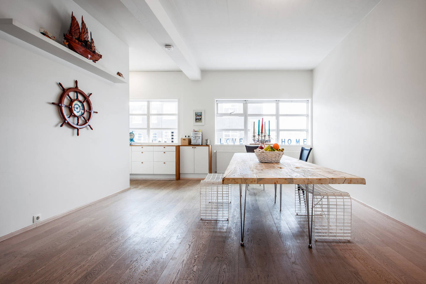 The dining room and kitchen in the Apartment in the Heart of the City. Image c/o    Airbnb   .