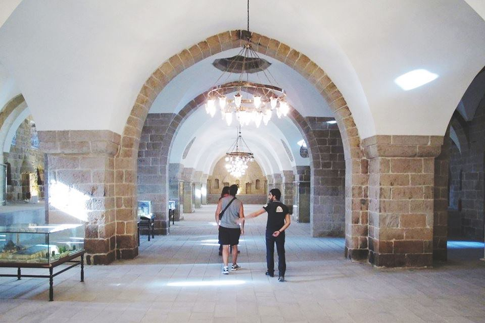 A walk through the vaulted arches of the caravansary.