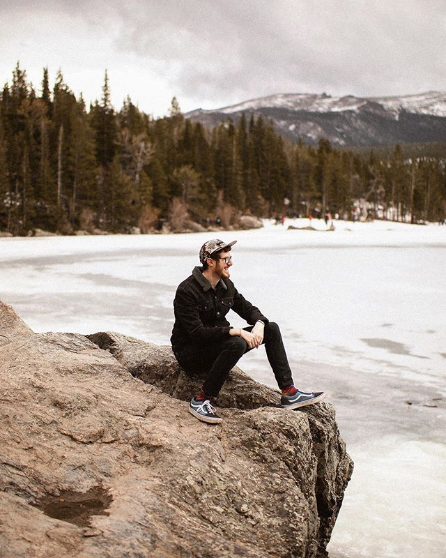Were we unprepared for and completely surprised by the snow-covered trails and frozen lakes at the top of the Rocky Mountains in late-May? 🏔 Yes, yes we were. These views were worth slipping around in our flat soles shoes though. Thankful Jeremy told us to pack some form of jacket, just in case, which made up for my lack of pants during this hike. 🙏🏼