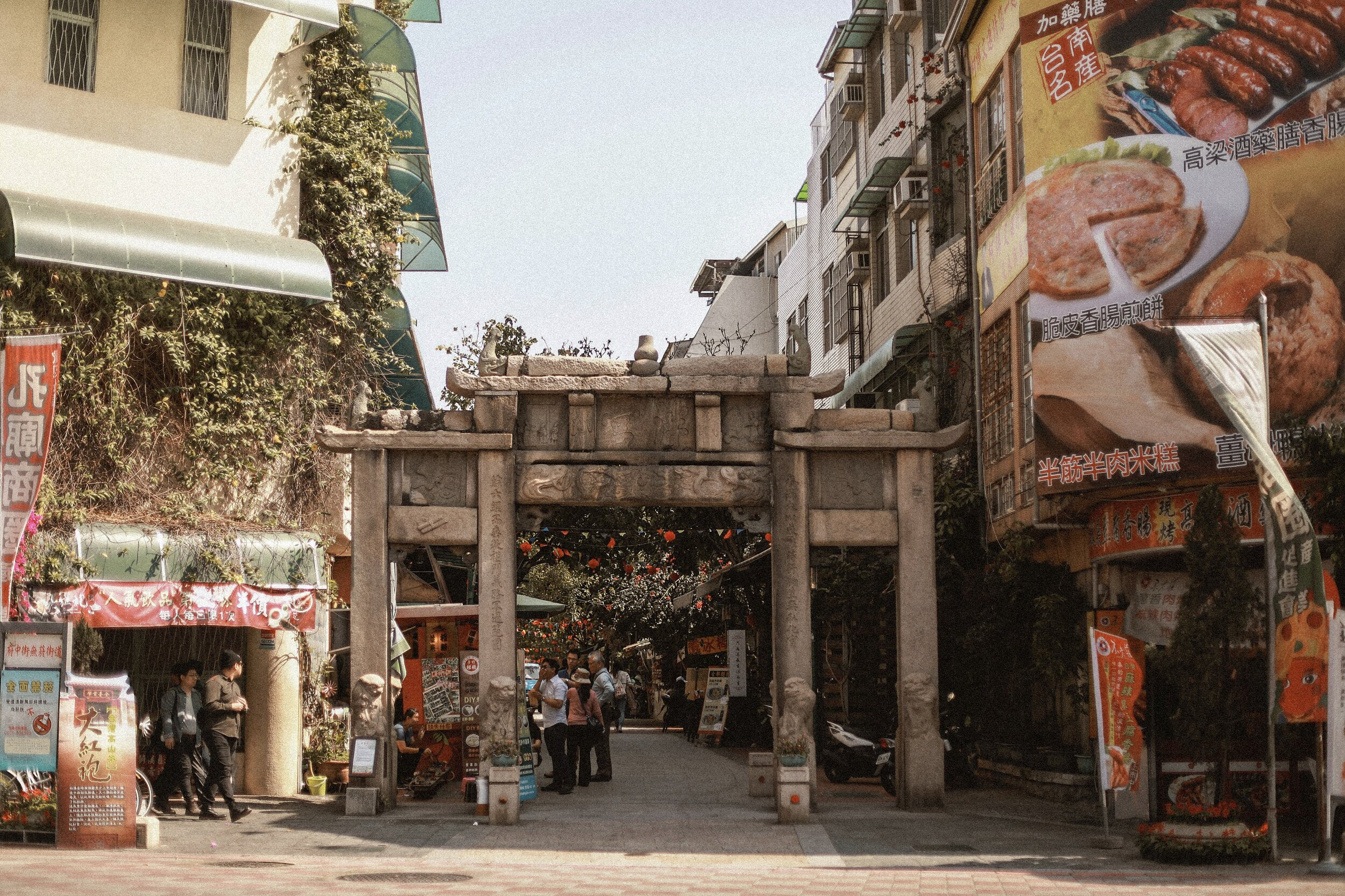 The Pao Gao stone arch was originally the outermost gateway to the temple. Now separated from the temple compound, it marks the entryway into the pedestrianized  Fuzhong Street , which bustles with cafes and restaurants.