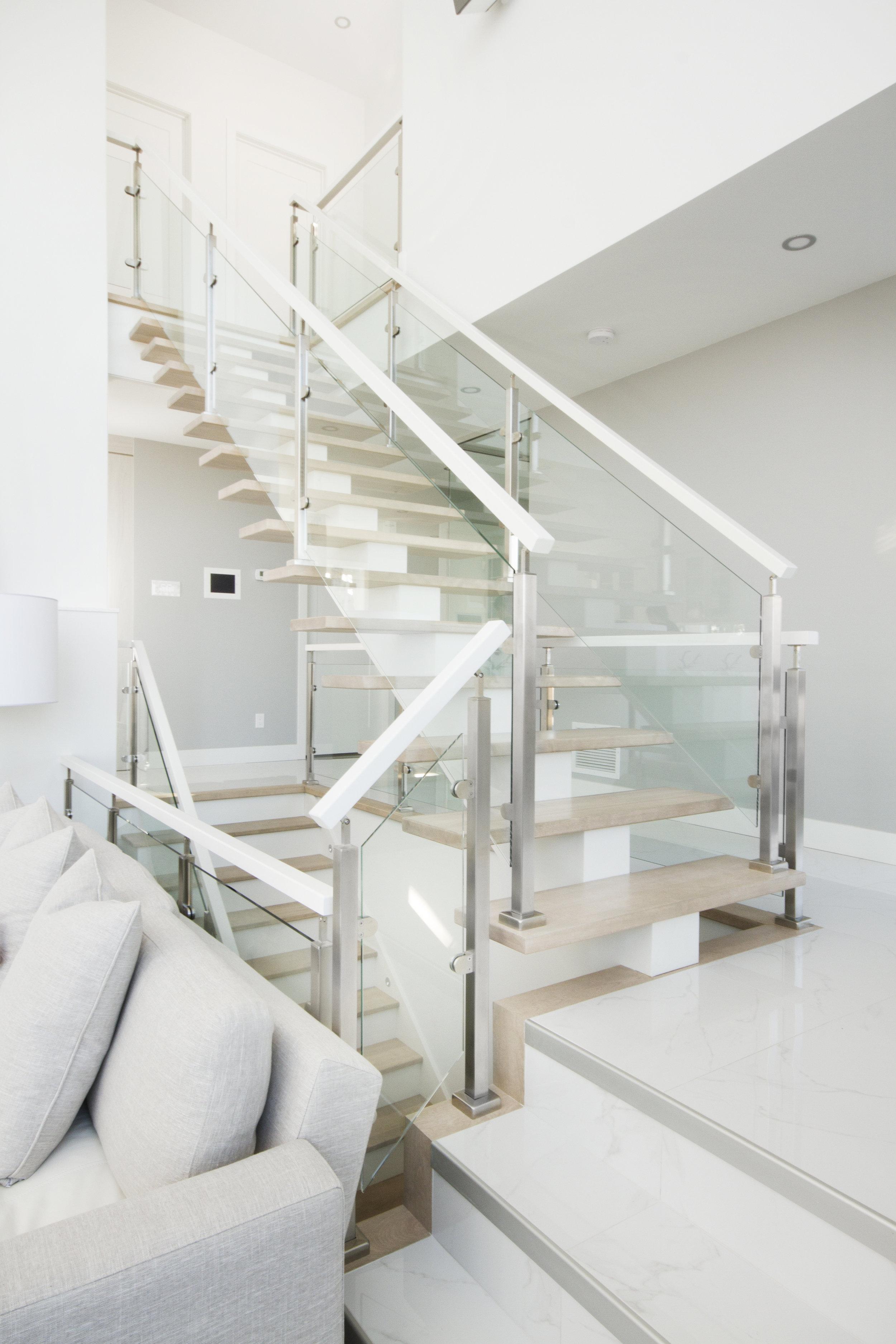 escalier-blanc-bois-moderne-verre-sur-mesure-berthiaume