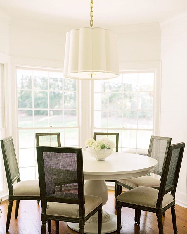 Loving this dining space by our talented customer, @betseymosbyinteriors featuring a custom painted Charlotte Pedestal Table ✨🙌