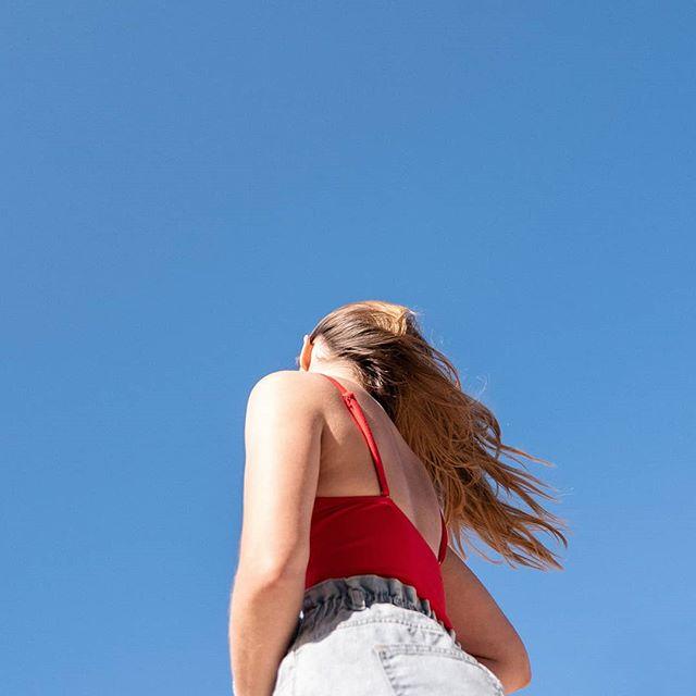 • M A  F I L L E • / / / #mygirl #shootingup #bluesky #highsun #minimalphotography #minimal #beng #boujee #ting #hot #dayam #angles #shadows