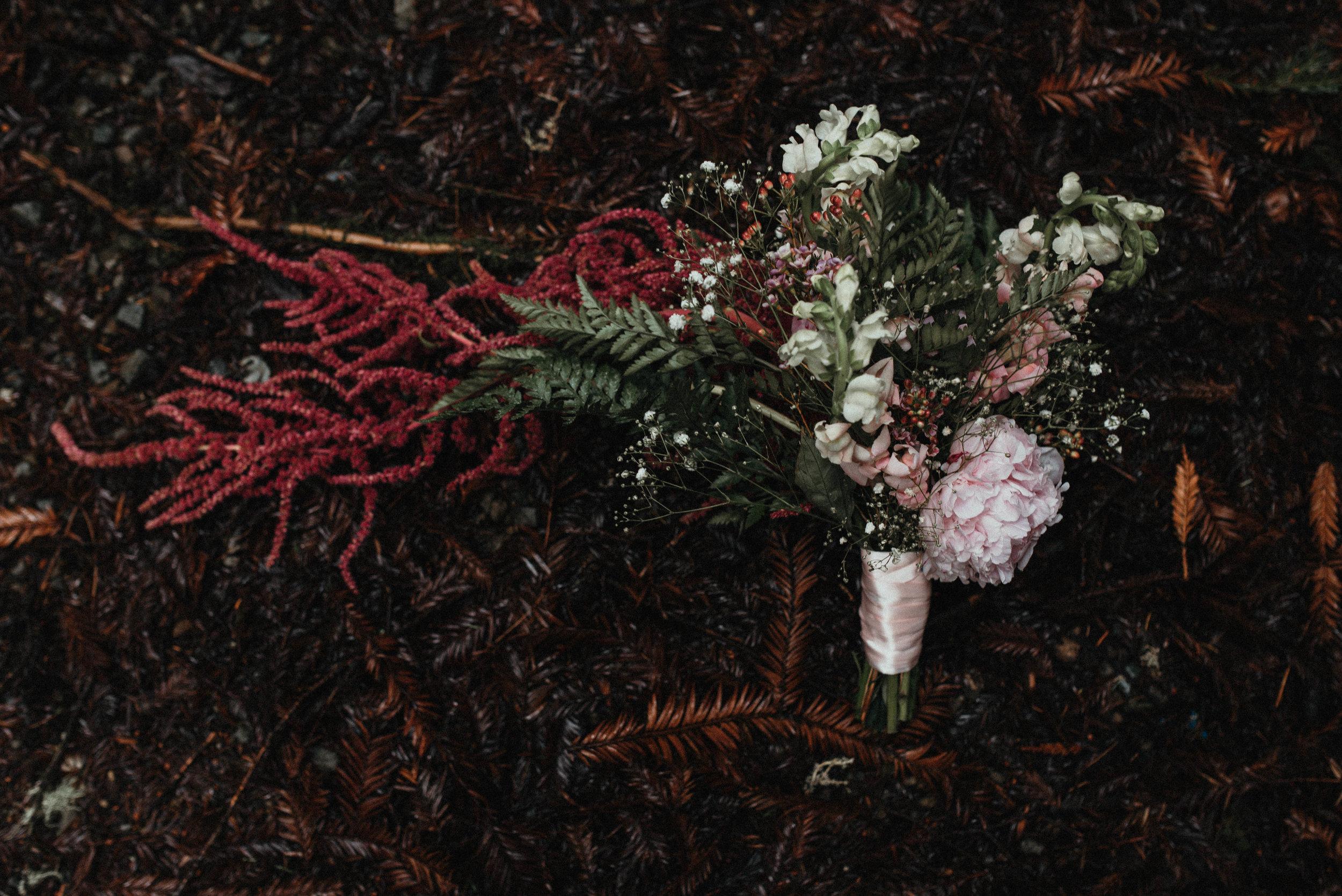 Intimiate Redwoods Elopement , Elopement Inspiration, Jessica Heron Images, Northern California Elopement, Oregon Elopement, Oregon Wedding, Elopement Ideas, diy bouquet, fern bouquet