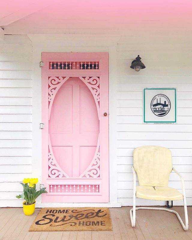 Nothing makes me happier than fresh blooms and a pink door 💕🚪✨💐Loving early morning stoop hangs before a busy weekend ahead! I've got three shoots to do, some more unpacking, Passover celebrations with @boodad6 and hopefully a little R&R 😴What are you all up to??? 🎉🎉