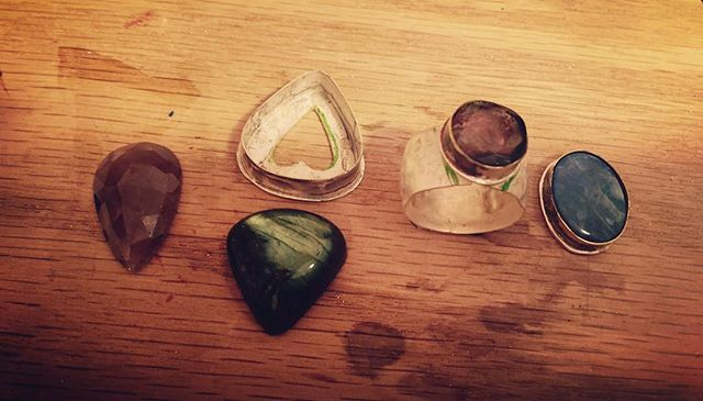 Work in progress. Boulder opal, tourmaline, sapphire, and more... they will be rings and some even have a golden bezel. #artjewelry #silver #rings #handmade #turmalin #boulderopal #sapphire #art #jewelry #eyecandy #funtodo #beauty #beautiful  #artwork