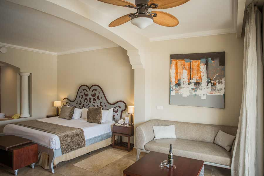 Junior-Suite-majestic-colonial-bed-salon.jpg