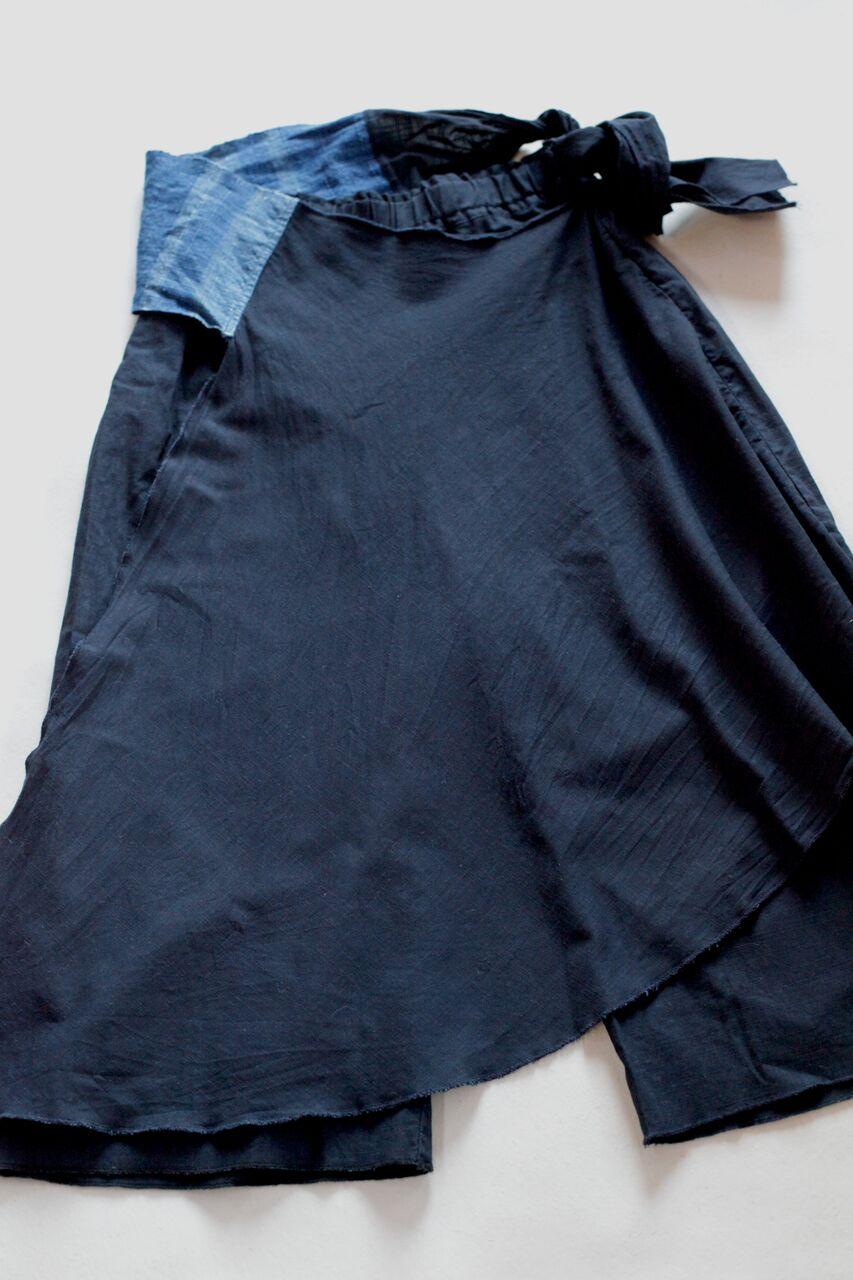 ◎島海パンツ  Made in Japan  表:麻-100% , 帯:綿麻100%  巻きの部分を前後にアレンジでき、ユニセックスに履けるパンツ 帯の部分は淡路島のいついろさんと麻と綿糸を使い淡路島産の藍染、玉ねぎで染め創り上げた手織物を使用。帯のカラーリングは瀬戸内海の海の色をイメージしました。 本体価格¥22,000 + tax    ※ 腰帯の織物は、手染め、手織り生地によるため、織りムラ・色ムラなど 不均一に出ている場合がございますが 手織り物の特徴となる為、どうぞご了承くださいませ* お洗濯は手洗いでお願い致します。   お問合わせはこちらからお願いします。