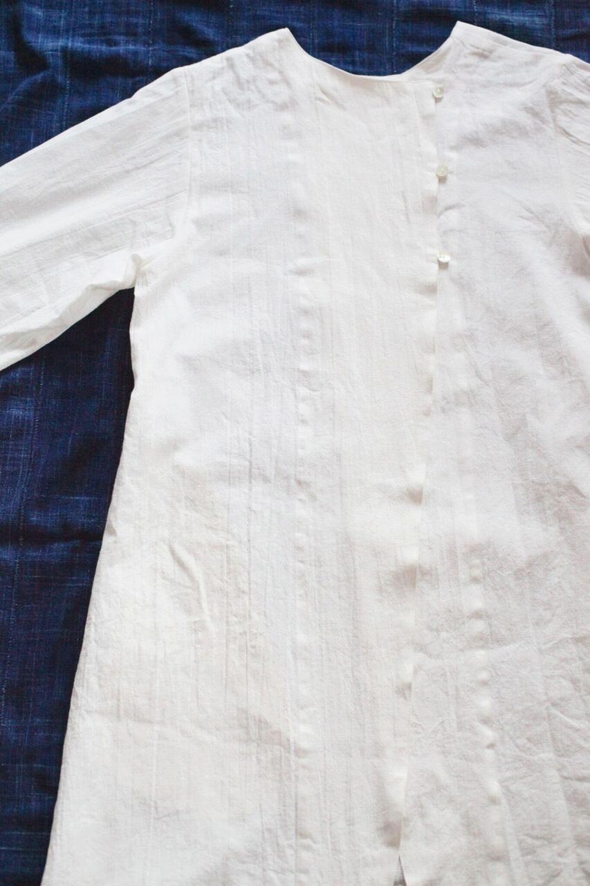 No.6 / ◎ ノラふく・チュニックドレス(オノラ)   子供用コノラの大人バージョン、前後両方着ることができます。チュニック、羽織としても。  ※グラデーションは今のところ商品展開をしておらず、オーダー生産のみとなります。 染めるときは一枚一枚手間暇かけてその人のことを想いながら染めさせて頂いております♡ 藍染は、夏の日差しからも護られるように思いますし、涼しさをも感じられるかと思います。冬場は体温調整をしてくれますので一年中愉しめます。羽織としても着れますし、前後どちらでも着ることができるのでコーディネートも愉しめます。両脇にポケット付。   Made in Japan Linen:55%, Cotto : 45%  白   本体価格 ¥16,500 + tax 藍染 本体価格 ¥34,500 + tax  グラデーションバージョンは別注になっております。 本体価格 ¥39,500 + tax(納期は約2週間)    お問合わせはこちらからお願いします。