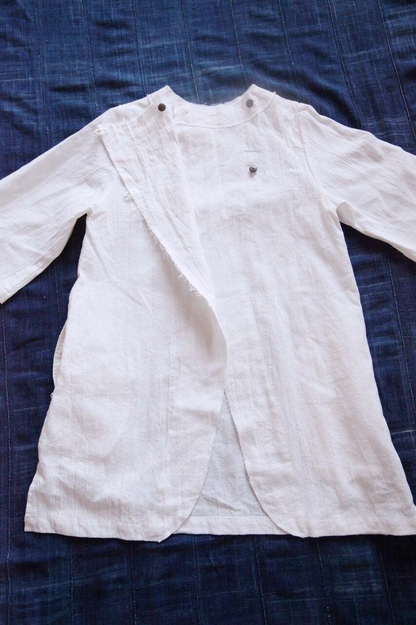 No.7 / ◎ ノラふく・コノラチュニック      悪いものを寄せ付けないプロテクト感が半端ない本藍染めを身に着けたとき  子供たちに着てほしい・・・と想い創りました。  前後両方、着ることができ、  着用年齢は、2歳から12歳くらい、小柄な大人の方まで着れます。両脇にポケット付。    Made in Japan Linen:55%, Cotton : 45%  白   本体価格 ¥12,500 + tax 藍染 本体価格 ¥23,500 + tax   お問合わせはこちらからお願いします。