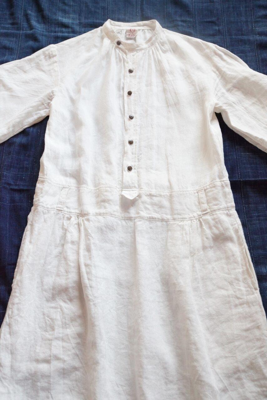 No. 1 /ノラふく・ワンピース        様々な体型にも対応し、フランスの羊飼いの服からヒントをいただいたワンピース。   ベルトループが付いているので、ウエストをブラウジングして着てもかわいい。両脇に大きなポケット。   Made in Japan Linen:100%  白   本体価格 ¥19,500 + tax 藍染 本体価格 ¥39,500 + tax   お問合わせはこちらからお願いします。