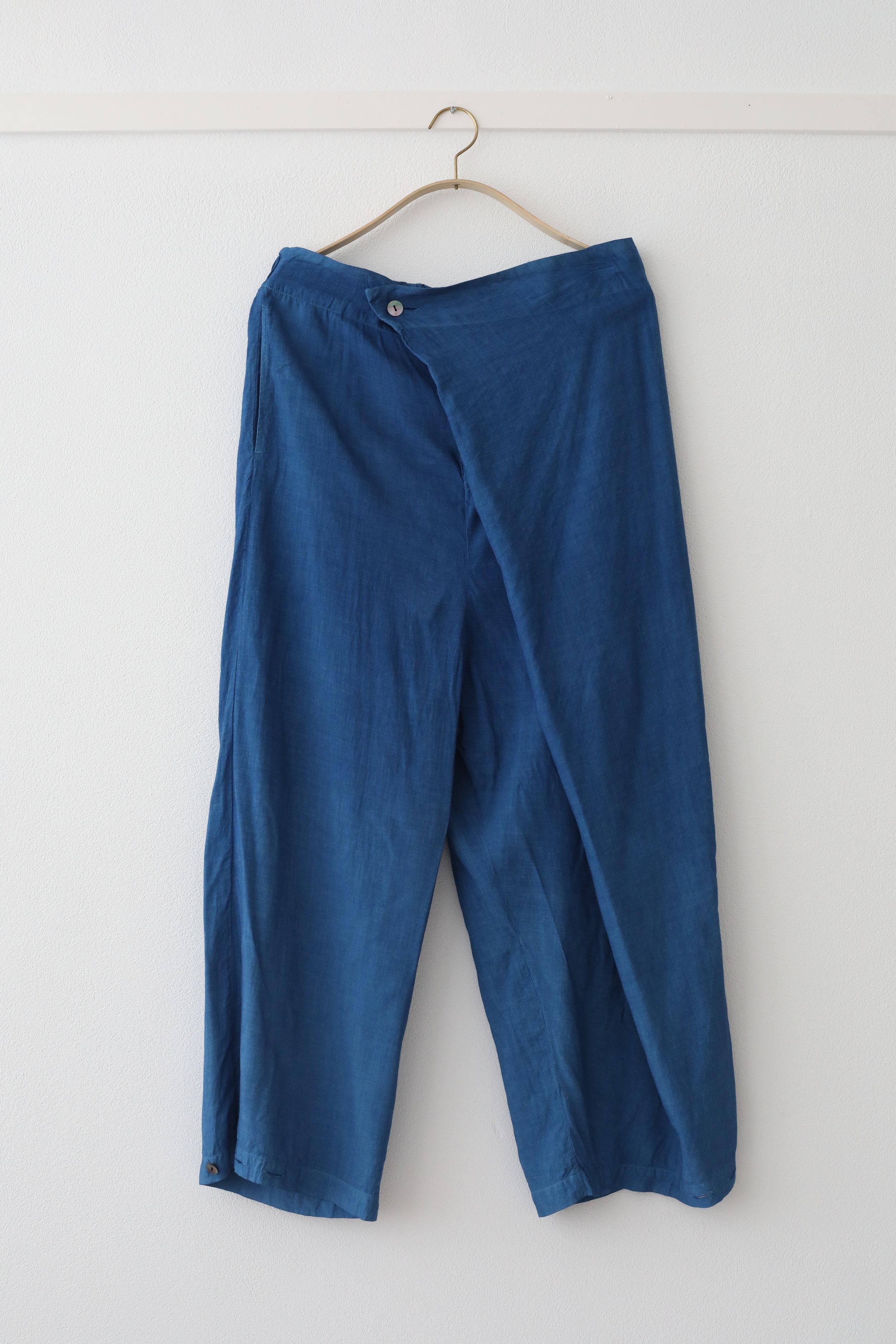 """○ ルームパンツ  ウエストはアジャスターとゴムで調節可能。裾もボタンを留めてシルエットも愉しめます。素材が光沢感あり上質であるので外出時にも、ジェンダーレスにも着用できます。  シルクレーヨン素材。レーヨン(rayon)とは """"光""""のray と""""綿""""cotton を組み合わせた語源から。こちらはレーヨンテンセルという森から生まれた木材パルプを使用した再生繊維となります。  肌触りが良く涼しく、吸湿性、放湿性が良いのが特徴。藍染することで温かくなったり、より体温調節に優れています。  Made in Japan Layon : 90% , Silk : 10%  白 ¥17,000 + tax ,  正藍染 ¥28,000 + tax"""