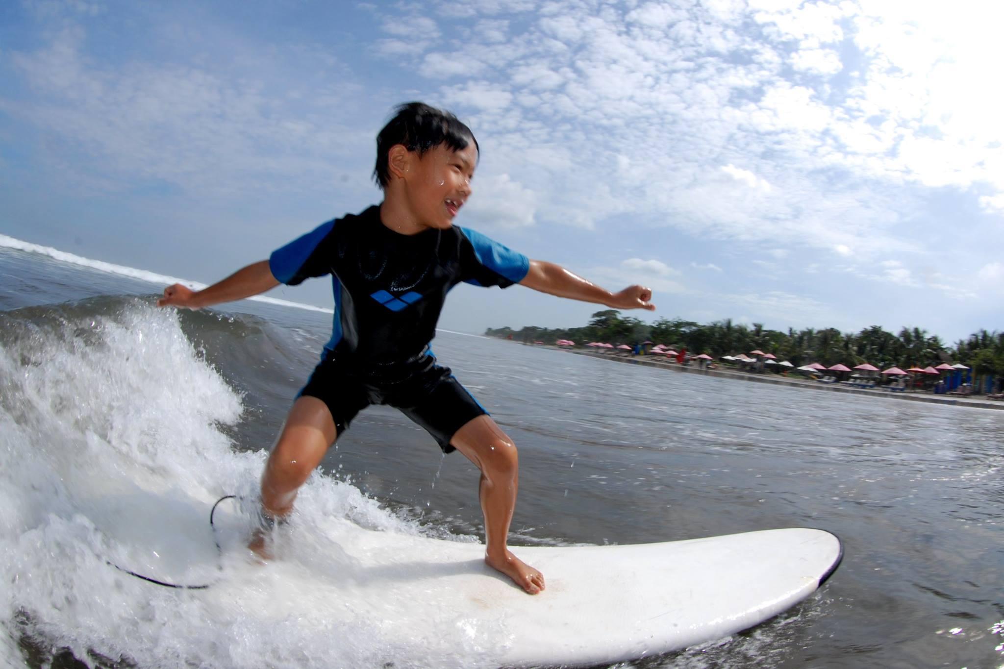 Surfing-kids-wetsuit