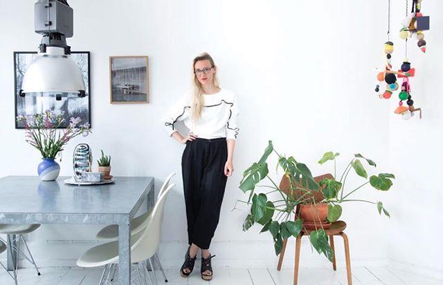 // B O L I G  T O U R ! Den ene del af SØSTER, @kathrinebach byder velkommen indenfor, når hun viser indersiden af sine fire vægge frem. Her er både plads til krabber, keramik og kunst! @camillastephan har taget de smukke billeder og @benediktelundberg har skrevet de fine ord.  Link i bio . . #bolig #inspiration #houzz #houzztour #myspace #interior #interiordesign #vesterbro #copenhagen #livingroom #slowliving #nature #urban #art #homedecor #home #styling #søster #soesterblog #poulcadovius #lllp #microliving #wegner #apartmenttherapy #plants #design #homestyle