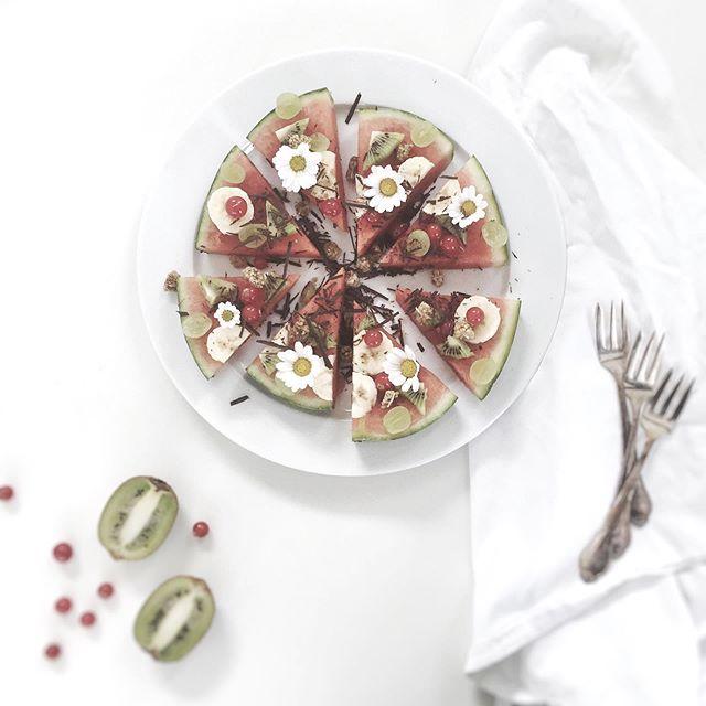 // F R E D A G S S L I K ! 🍉 Melonpizza er et virkelig godt (og smukt) alternativ til de rødhvide slikposer ;) Vandmelon er spækket med antioxidanten lycopen, der beskytter kroppens celler mod oxidering, kostfibre, der afbalancerer fordøjelsen og kalium, der er med til at regulere blodtrykket.  Et godt tip er at fryse melonstykkerne ned og bruge dem som ispinde 🍉  #komplementærhormonterapi #fredagsslik #sugarfree #happykids #healthypizza #glutenfree #antioxidants