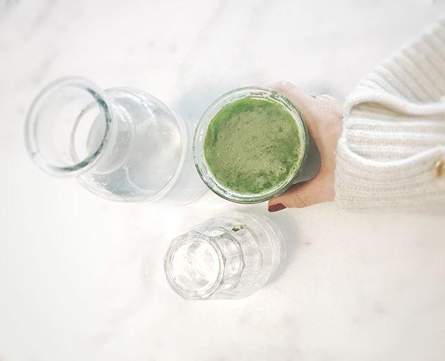 // SELLERIJUICE Simpelt og helt helt rigtigt. Sellerijuice som helbredende superfood er nærmest blevet mytisk indenfor helsekredse. Efter min mening er hypen berettiget.  5 dl. inden morgenmaden gør både din hud, hår og fordøjelse glade. Juicen er spækket med både mineraler og vitaminer som virker balancerende på krop og nervesystem. . . #juiceyourgreens #cellery #everyday #greens #antiinflammatorisk #hormonterapi #komplementærhormonterapi