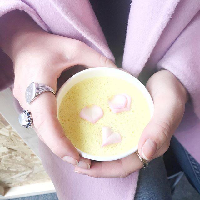 // G O L D E N  M I L K ! Jeg forsøger at skære ned på kaffen. Det er ret nemt når @theorganicboho putter blomster i latten 🌸 . . #goldenmilk #theorganicboho #coffeecutback #rosebuds #goldenlatte #curcuma #healthysnack #pastels #torvehallerne
