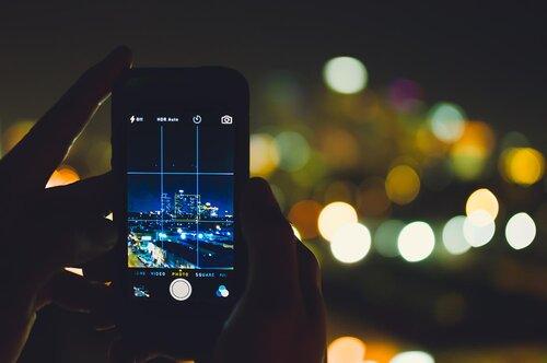 Téléphone mobile avec règle des tiers prenant une photo de la ville