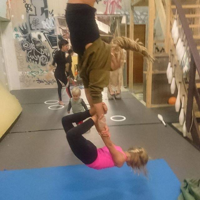 Mor-datter trapez og danselege til åben onsdags træning #circuseverydamnday #cirkus #svendborg #legebørn