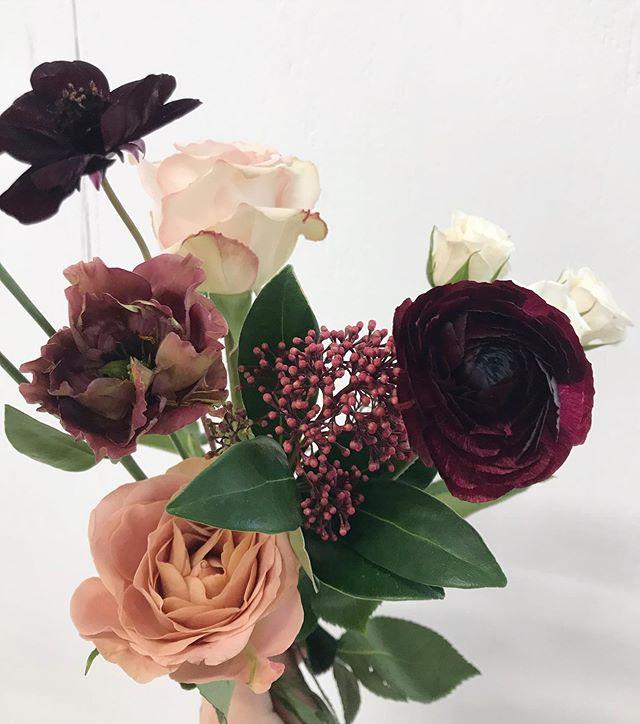 Ingredients: Chocolate cosmo ✔️ Lisianthus ✔️ Roses ✔️ Ranunculus ✔️ Skimmia ✔️ ________________________ #hamontflorist #ancasterflorist #weddingflorist #hamontweddingflorist #ancasterwedding #hamiltonwedding #niagaraweddingflorist #niagaraflorist #notlflorist #niagarawedding