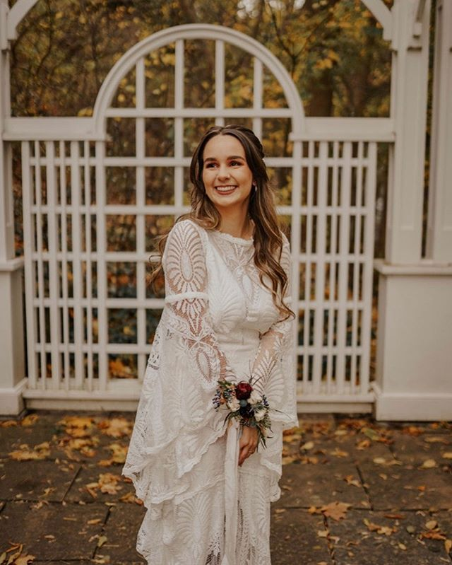 This bridal corsage was a first for us! It was the perfect accent for this stunning bridal gown. Those sleeves...😍 📷 @raeconnell  ________________________ #ancasterwedding #ancastermillwedding #ancastermill #ancasterflorist #hamontflorist #hamontweddingflorist #hamontwedding #niagaraflorist #niagaraweddingflorist