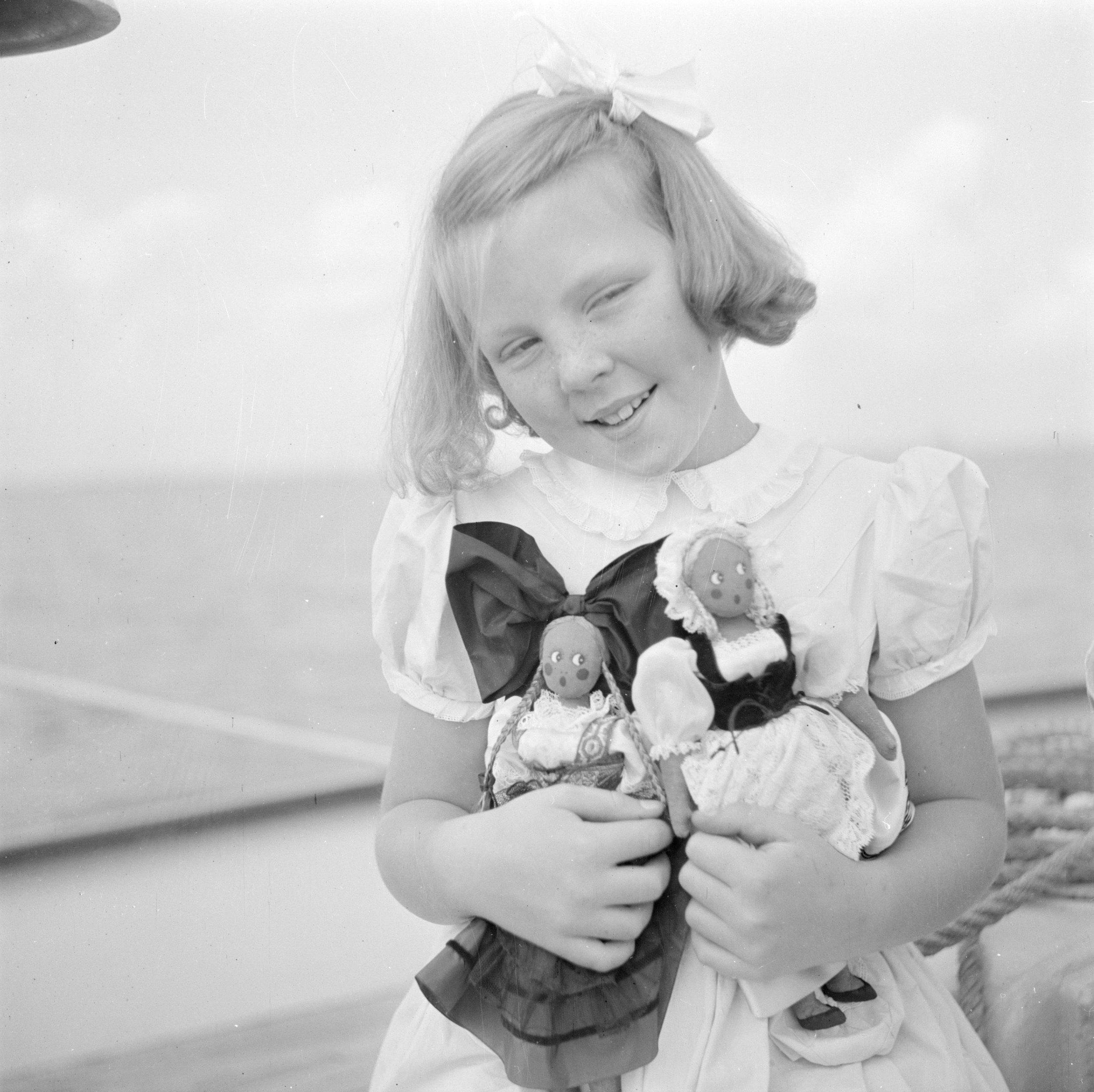 Prinzessin Beatrix 1946 mit Puppen französischer Kleidung    Foto: Willem van de Poll, Nationaal Archief, Fotocollective van de Poll, Public Domain