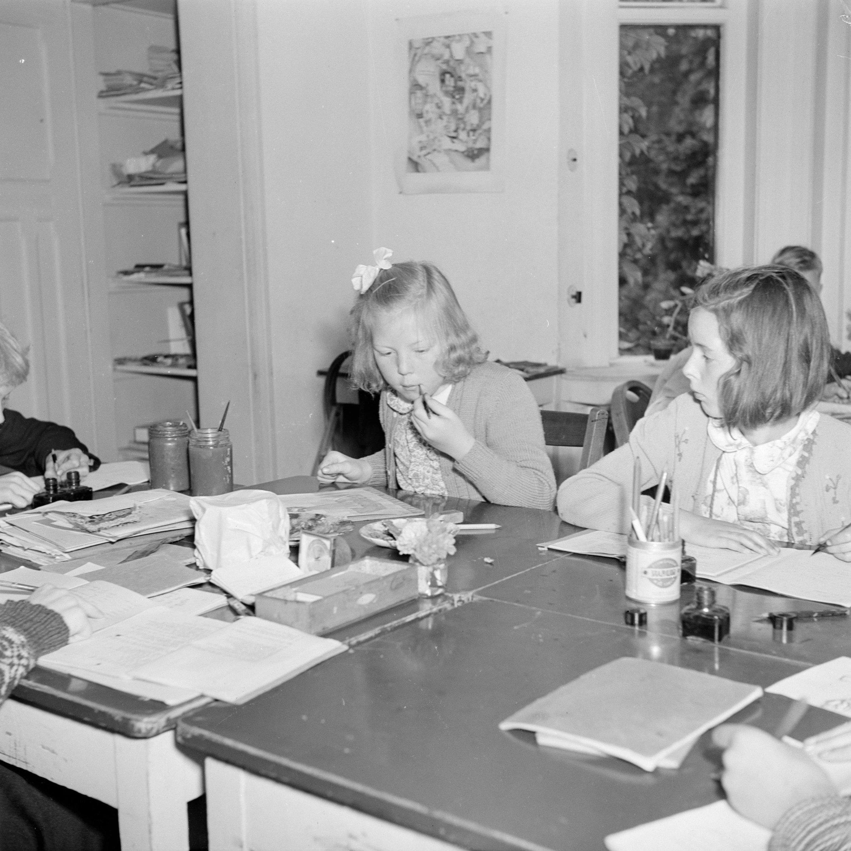 1948: Beatrix besucht eine Schule mit ungewöhnlichem Lernkonzept.    Foto: Willem van de Poll, Nationaal Archief, Fotocollective van de Poll, Public Domain