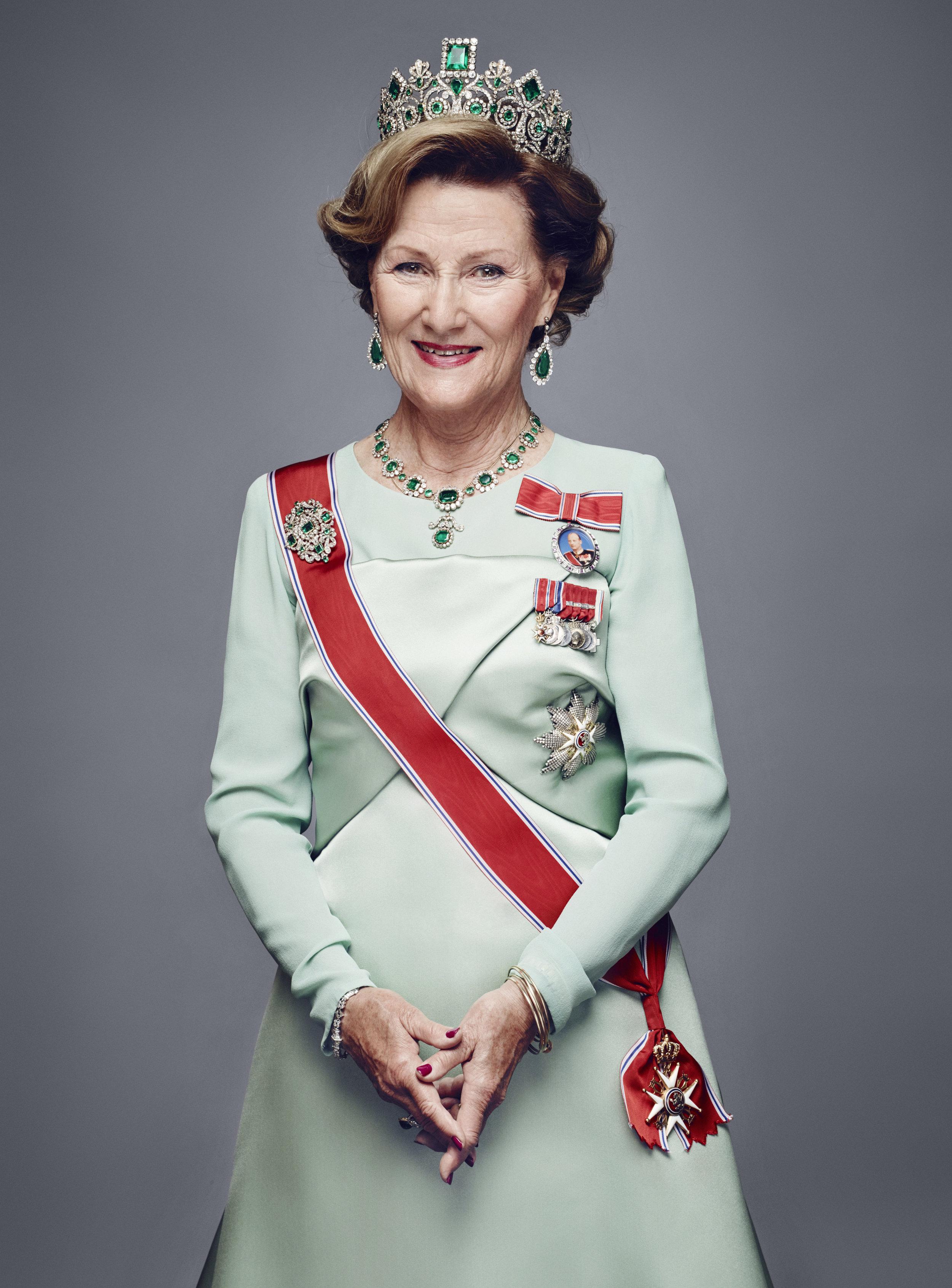 So kennt man Sonja: Mit Kronjuwelen und Schärpe nimmt sie bei öffentlichen Anlässen teil   Foto: hoto: Jørgen Gomnæs, The Royal Court