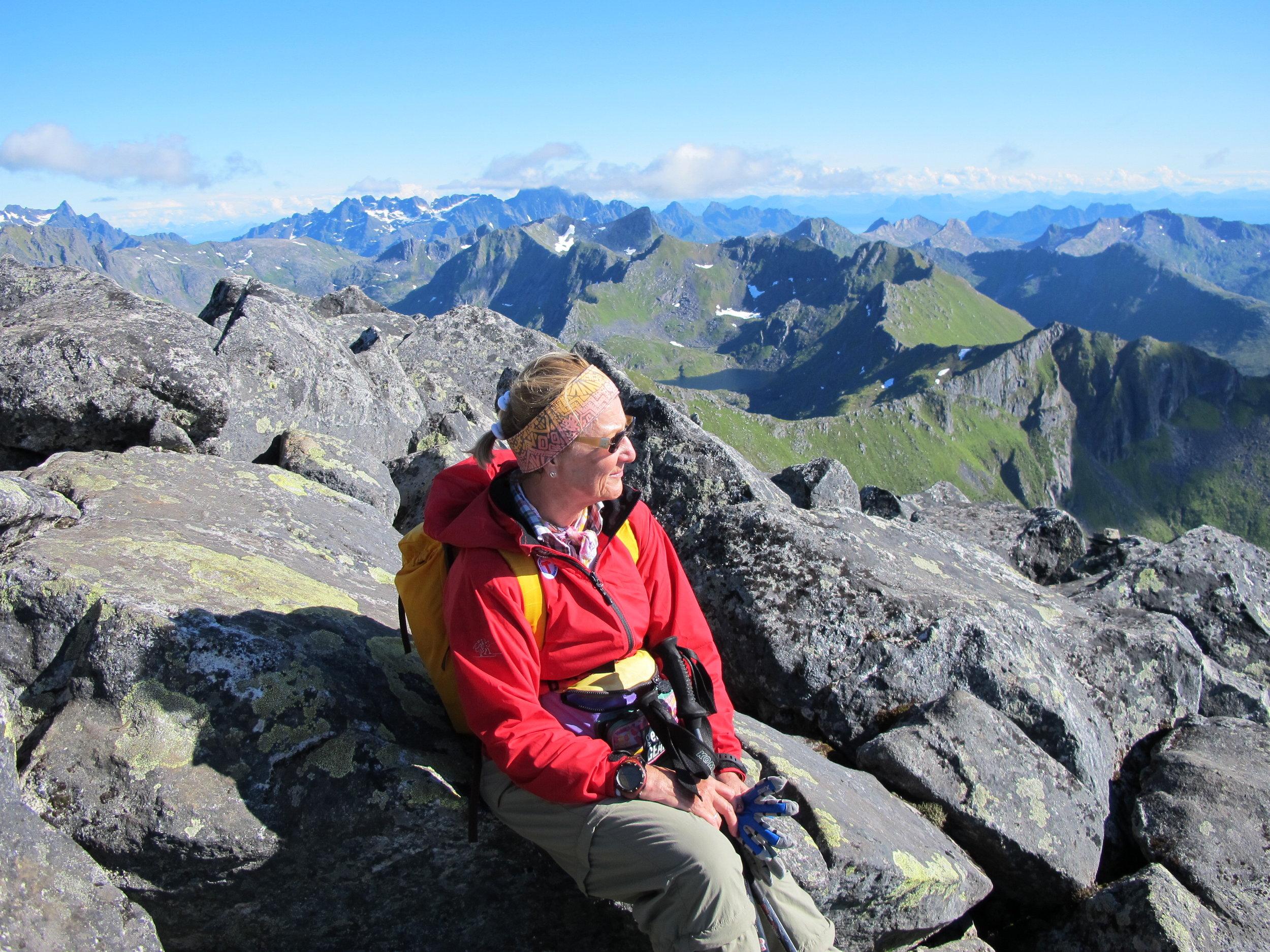 Königin Sonja genießt die Aussicht auf dem 788 Meter hohen Gipfel Matmora   Foto: Privat