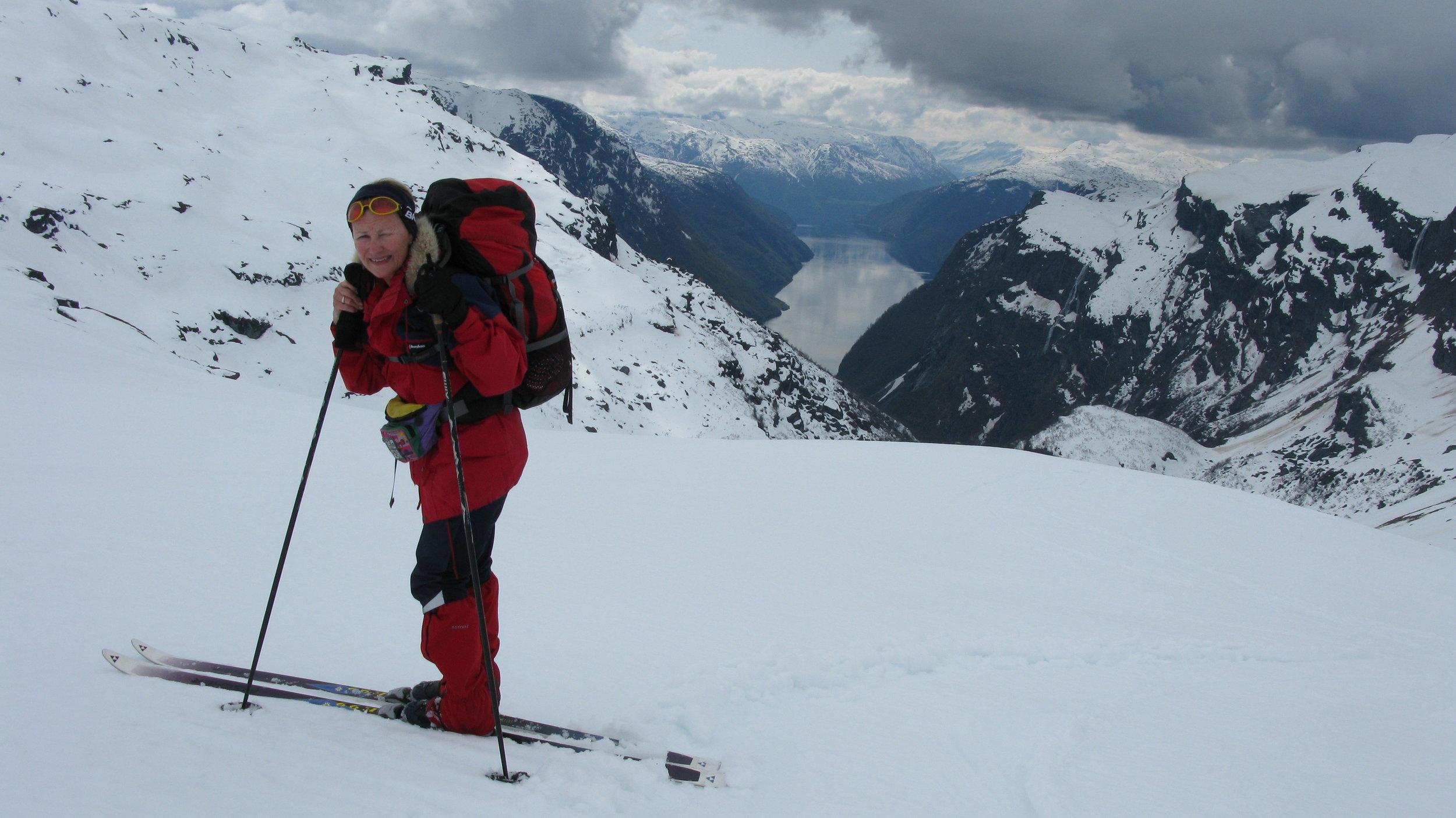 Voll bepackt mit Rucksack und Bauchtasche düst Sonja durch die Berge Norwegens   Foto: Privat