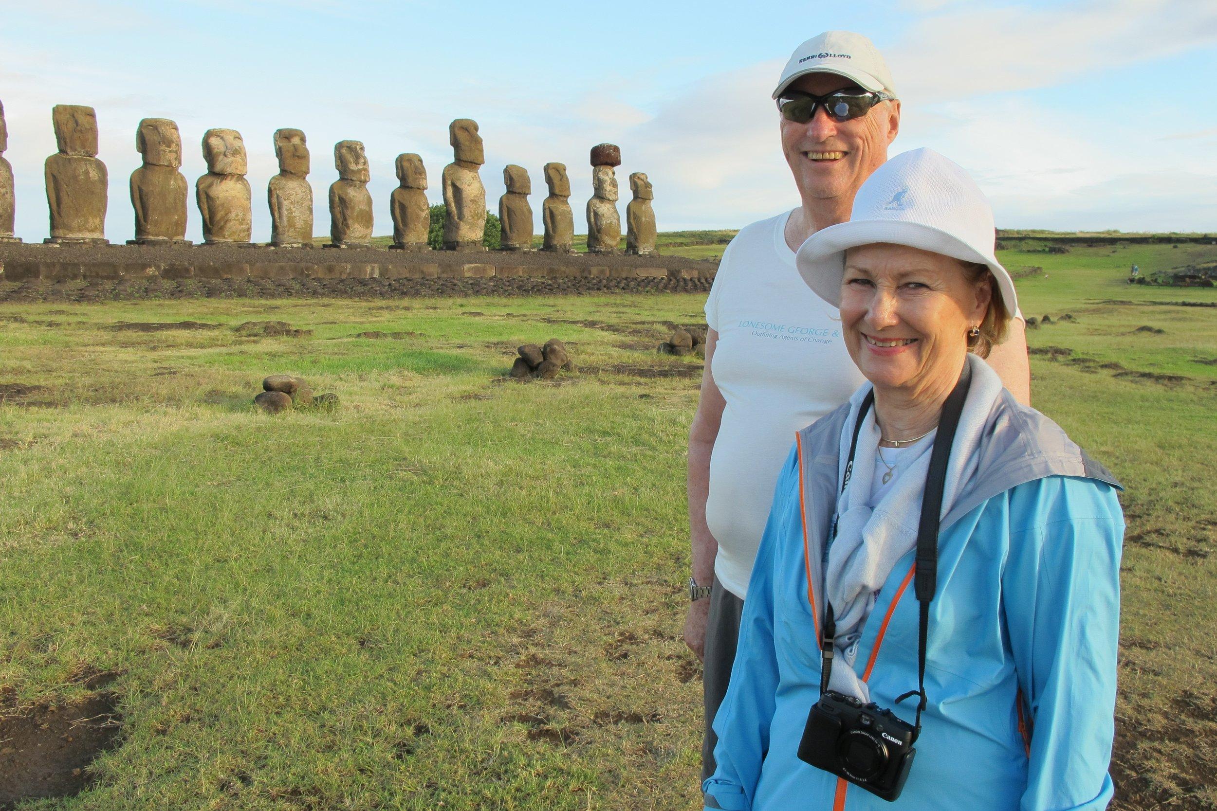 Das Königspaar besucht die Moai-Statuen der Osterinseln   Foto: The Royal Court of Norway