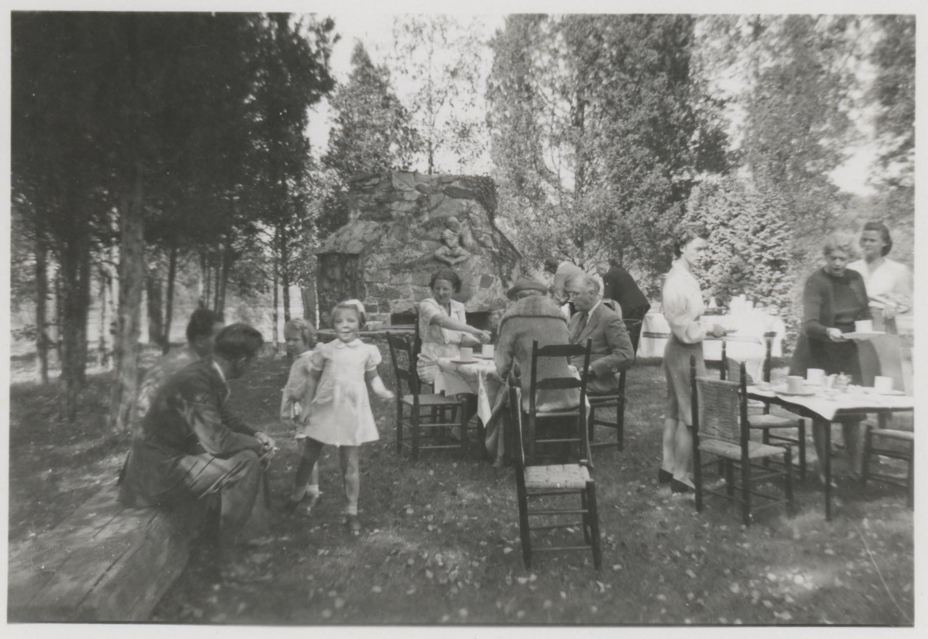 Picknick mit dem Präsidenten 1943: Prinzessin Beatrix und Prinzessin Irene tollen durch den Hyde Park von Massachusetts   Foto: Margaret Suckley