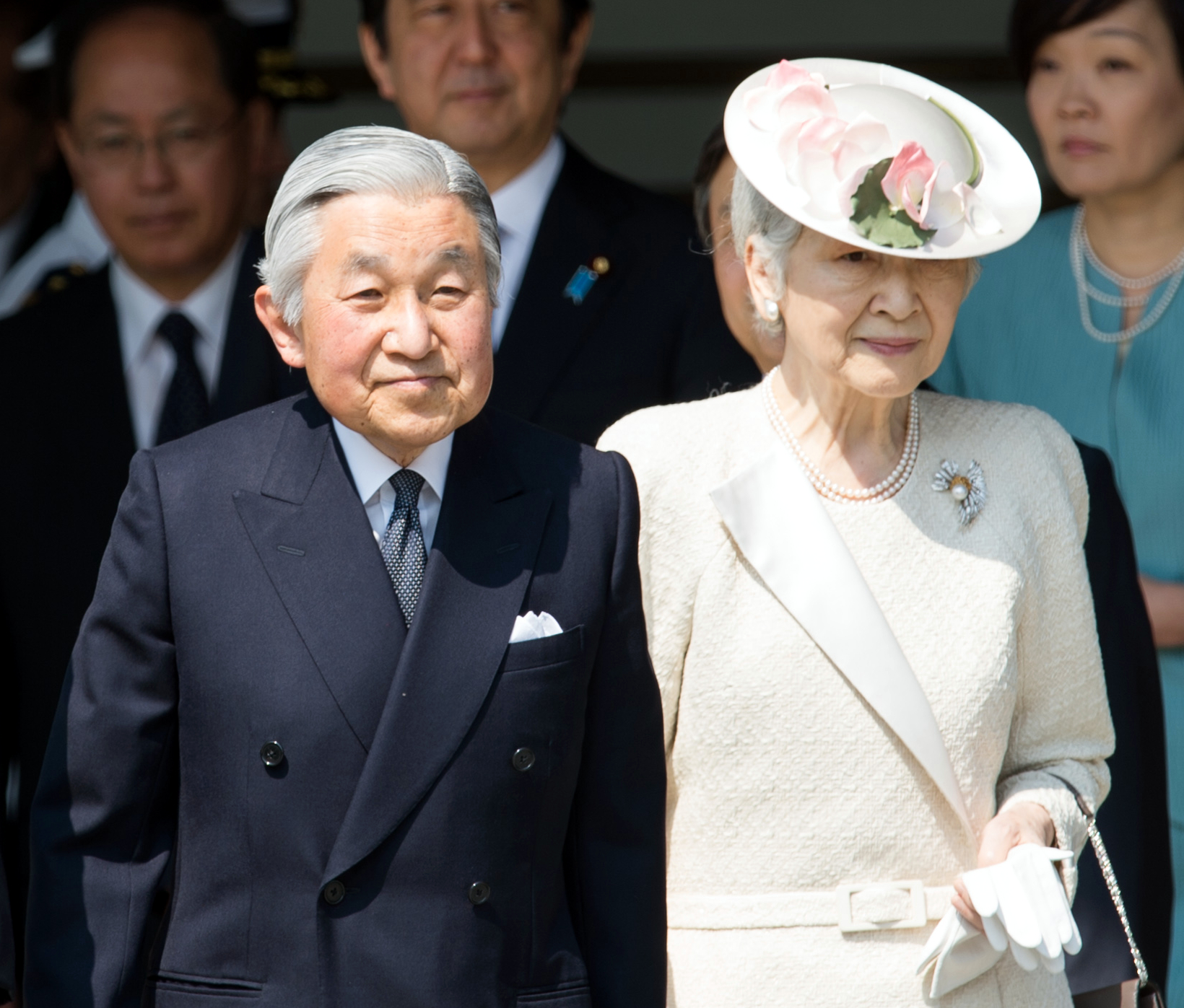 The Emperor of Japan and the Empress of Japan   The Imperial Household Agency Name einfügen 1-1 Chiyoda, Chiyoda-ku Tokyo, Japan 100-8111   Foto:  State Department photo by William Ng ,  Public Domain