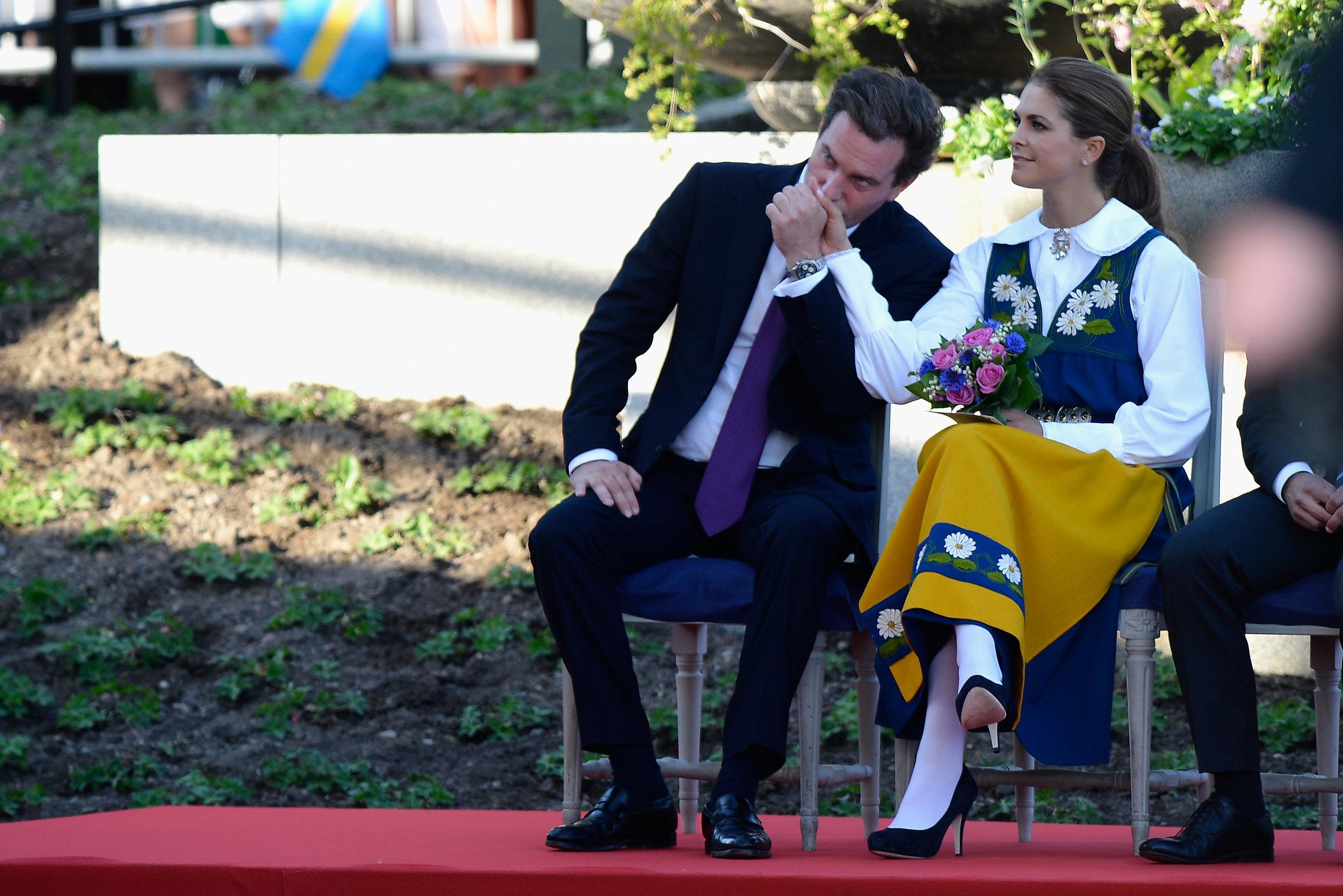 Bei einem öffentlichen Auftritt küsst der Geschäftsmann liebevoll die Hand seiner Frau    Foto: Getty Images