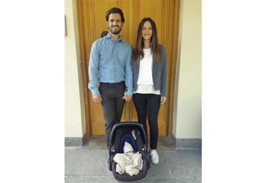 Prinzessin Sofia und Prinz Carl Philip zeigen stolz ihr kleines Söhnchen  Foto: Kungahuset