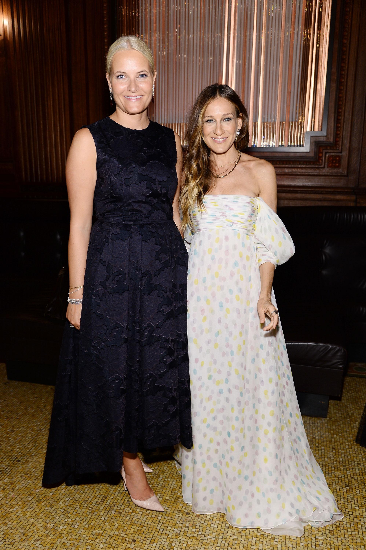 Kronprinzessin Mette-Marit traf Schauspielerin Sarah Jessica Parker bei einer Gala   Foto: Getty Images
