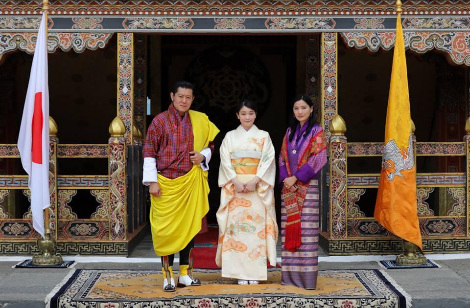 Mako begeistert die Menschen bei einem Besuch in Bhutan   Foto: Royal Office of Bhutan